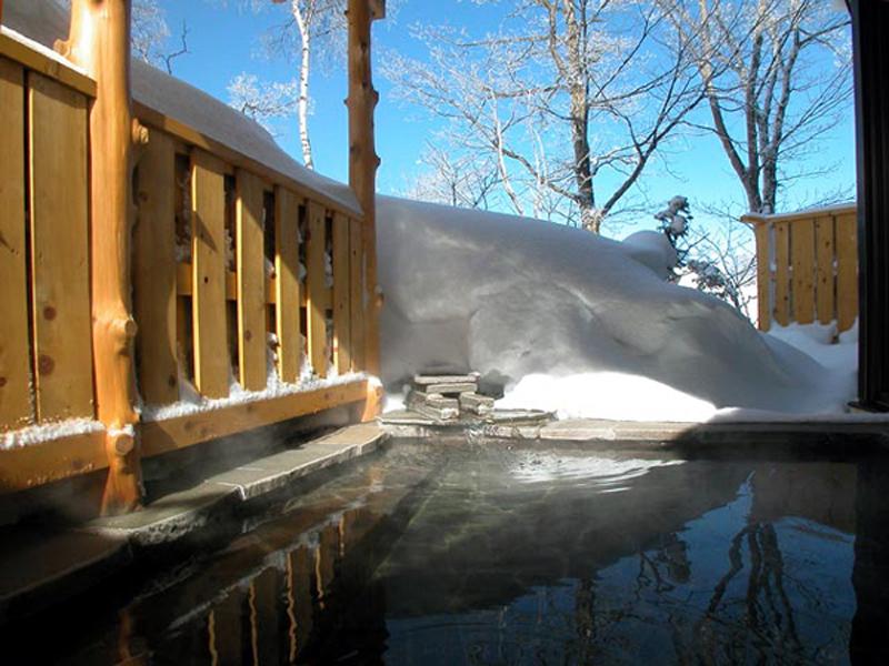 志賀高原 ホテル白樺荘の温泉 単純硫黄温泉の温泉露天風呂で癒やしの時間を
