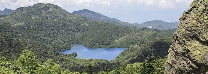 志賀高原最大の湖大沼池を赤石山山頂付近から